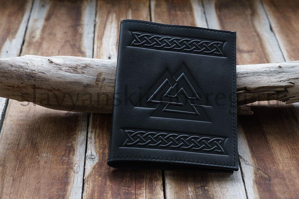 """Обложка на паспорт """"Валькнут"""", кожа натуральная. Цена 1100 руб. Цвет: чёрный, коричневый."""